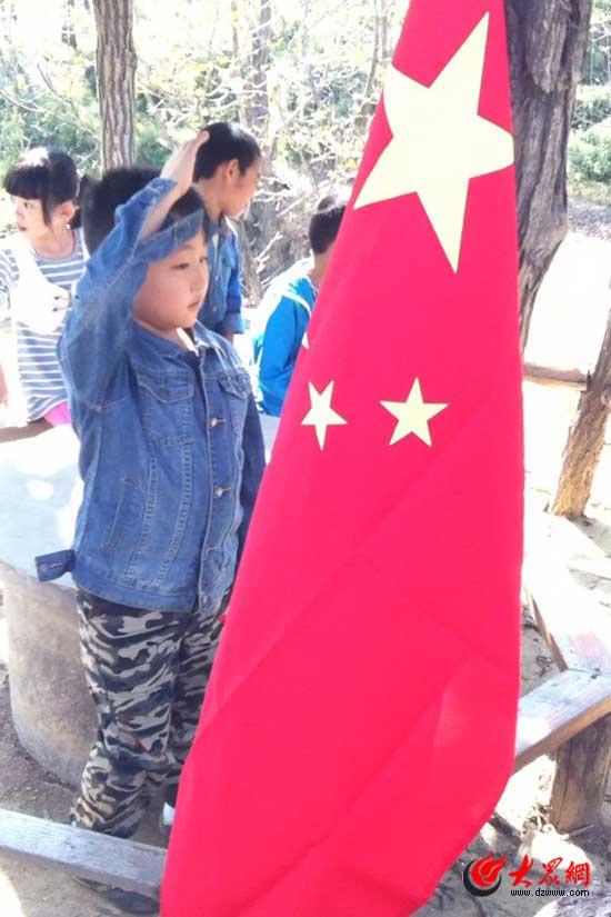 """向国旗敬礼,做一个有道德的人""""活动,孩子们爬山、野战、徒步"""