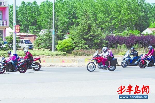 滨海 摩托车/滨海公路上的摩托车飙车族。